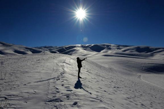 """Osh, Kyrgystan. Samagan (13 jaar) woont op het onherbergzame platteland van Kirgizië. 's Winters is het hier ijskoud en is alles bedekt met een dikke laag sneeuw. Voor het boerengezin is deze periode van het jaar zwaar. Er is amper voldoende voedsel en de vrieskou is niet buiten te houden met slechts een houtkacheltje in huis. De uitbundige Samagan kan het niet deren: hij is dol op spelen in de sneeuw met zijn vriendjes. Samagan: """"Ik droom ervan om een goede trompettist te worden. Ik ben er heel trots op dat ik Kirgiziër ben, dus ik zou dan graag het volkslied willen spelen."""""""